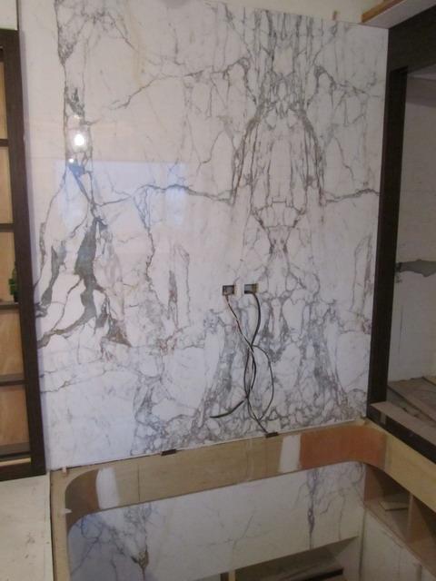 雕刻白貼圖純啞光白再加上現代雕刻技術 木地板上有 ...